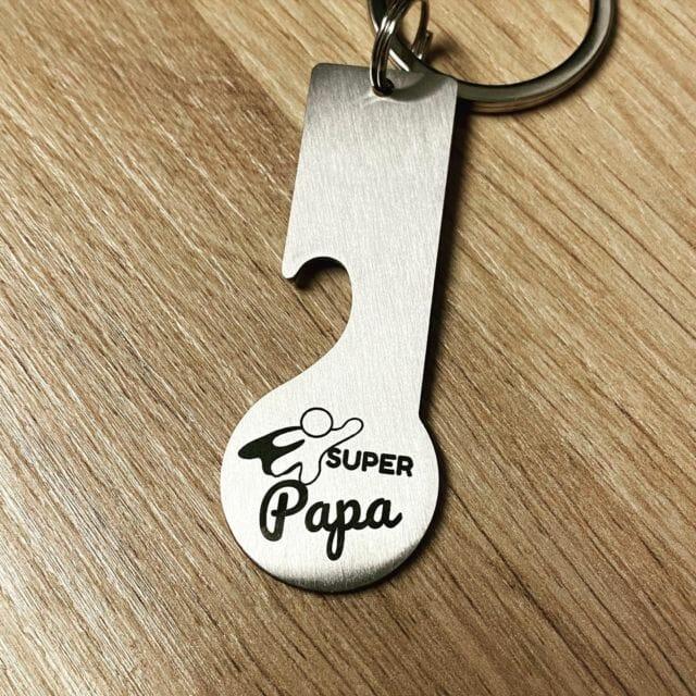 Schlüsselanhänger mit Wunschgravur selbst gestalten. @keyboo.at  #schlüsselanhänger #gravur #gravieren #flaschenöffner #einkaufswagenchip #einkaufswagenlöser #lasergravur #lasermarkierung #personalisiertegeschenke #geschenkideen #papa #superpapa #vatertag #besterpapa