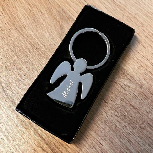 Schlüsselanhänger mit Wunschgravur.  #gravur #wunschgravur #lasergravur #schlüsselanhänger #geschenk #schutzengel #geschenkideen